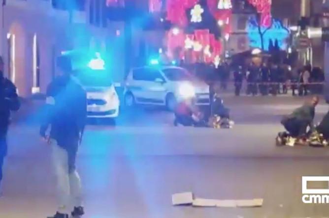 Полиция и пострадавшие на месте стрельбы в Страсбурге, 11 декабря 2018 года