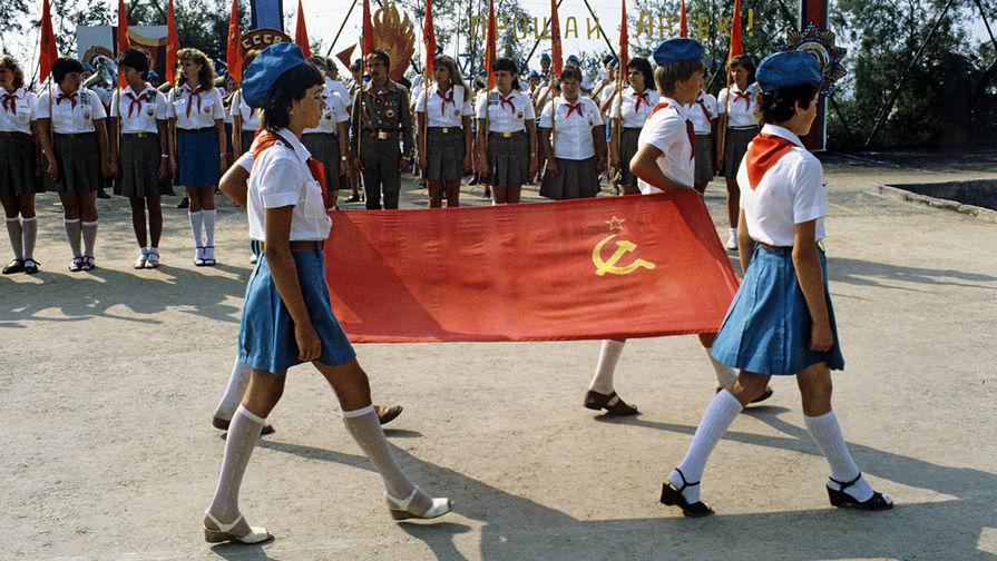 Торжественный вынос флага на пионерской линейке в «Артеке», 1983 год