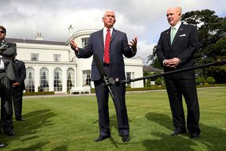 Вице-президент США Майк Пенс и американский посол в Ирландии Эдвард Кроуфорд после встречи в резиденции посла в Дублине, 3 сентября 2019 года