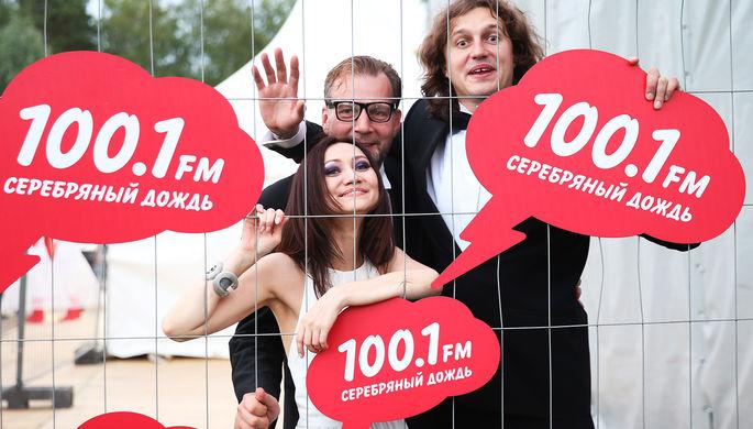 Ведущие радио «Серебряный дождь» Алекс Дубас и Виктор Набутов (слева направо) во время вечеринки, посвященной дню рождения радиостанции, 2014 год