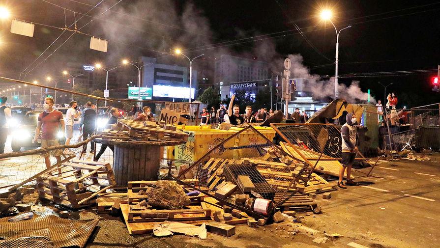 Баррикады в Минске во вторую ночь протестов после выборов президента Белоруссии, 11 августа 2020 года