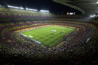 Трибуны «Камп Ноу» окрасились в цвета Каталонии, что подчеркивало независимость региона