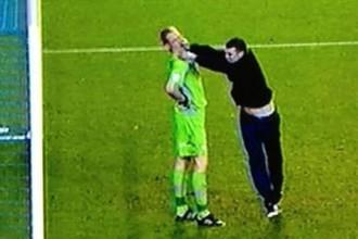 Болельщик «Лидса» напал на вратаря «Шеффилд Уэнсди» во время матча