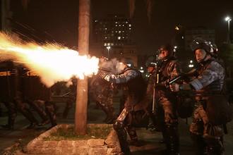 Сотрудники полиции применяют слезоточивый газ во время беспорядков в бразильском городе Сан-Паулу