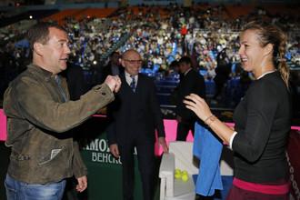Дмитрий Медведев поздравляет победительницу Кубка Кремля Анастасию Павлюченкову
