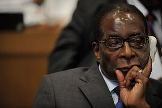 Роберт Мугабе, Зимбабве, 27 лет. 90-летний Роберт Мугабе правит страной уже почти 27 лет. Из прогрессивного деятеля он превратился в авторитарного правителя, который выгонял из страны белых фермеров и жестко расправлялся с политическими оппонентами. При этом знакомый с Мугабе российский бизнесмен уверяет, что в могилу тот не торопится. «Он буквально летает по кабинету», — рассказывает россиянин.