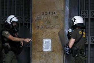Полиция у здания банка Греции