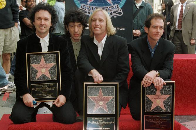 В 1999 году группа получила звезду на аллее славы Голливуда. Слева направо: Майк Кэмпбелл, Хоуи Эпштейн, Том Петти и Бенмонт Тенч