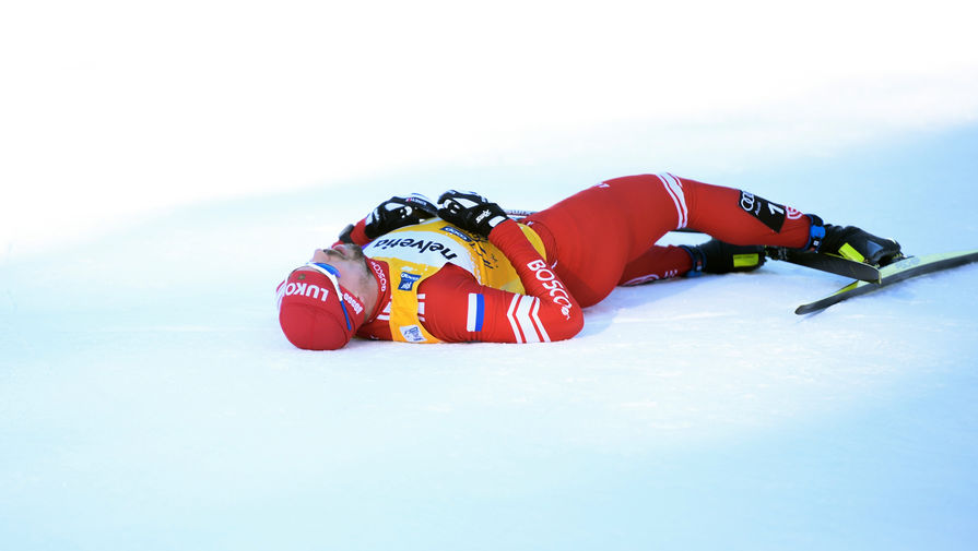 Сергей Устюгов (Россия) после финиша на дистанции гонки преследования на 15 км классическим стилем среди мужчин на соревнованиях по лыжным гонкам «Тур де Ски» в итальянском Тоблахе, 1 января 2020 года