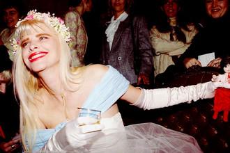 Бывшая порнозвезда и член итальянского парламента Чиччолина во время празднования своего дня рождения дня рождения в Киеве, 1995 год