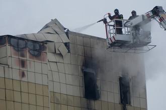 Сотрудники пожарной охраны МЧС во время тушения пожара, 26 марта 2018 года