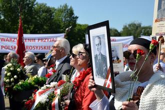 Церемония возложения венков и цветов на Мемориальном кладбище-мавзолее советских воинов во время акции «Бессмертный полк» в Варшаве