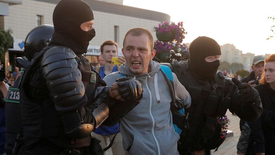 Спецназ задерживает участников акций протеста в Минске после выборов президента Белоруссии, 10 августа 2020 года
