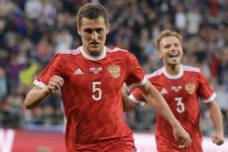 Футболисты сборной России Виктор Васин (по центру) и Роман Шишкин