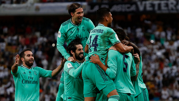 Футболисты мадридского «Реала» празднуют один из голов в ворота «Валенсии» в полуфинале Суперкубка Испании