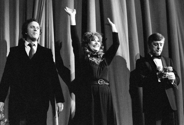 Поэт-песенник Илья Резник, певица Алла Пугачева и композитор Раймонд Паулс во время творческого вечера Паулса в театре Эстрады, 1982 год