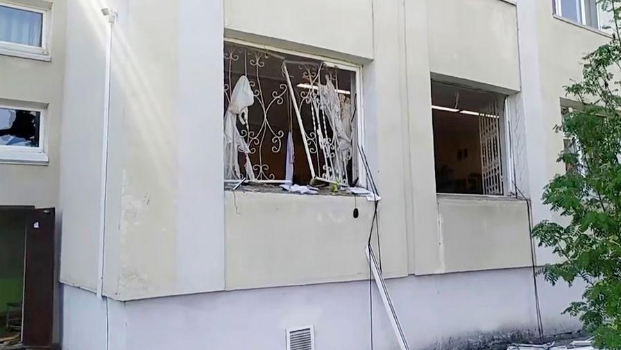 Поврежденное окно гимназии №175 в Казани, 11 мая 2021 года