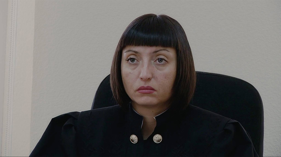 Кадр из фильма «Всё будет хорошо», второе название — «Инструкция по освобождению», судья на процессе Юли