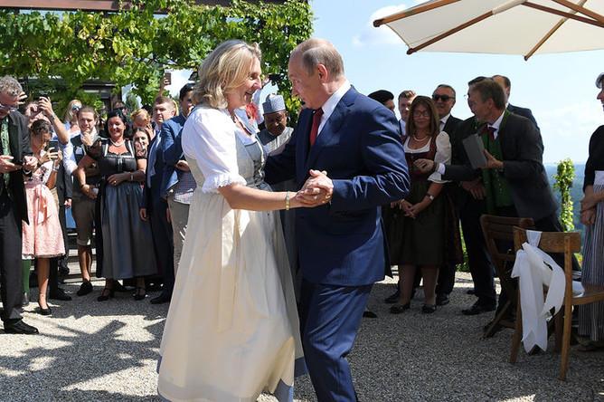 Владимир Путин на свадьбе министра иностранных дел Германии Карин Кнайсль и Вольфганда Майлингера в Гамлице, Австрия, 18 августа 2018 года