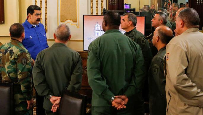 Президент Венесуэлы Николас Мадуро с высшими военными чинами во дворце Мирафлорес в Каракасе, 30 апреля 2019 года
