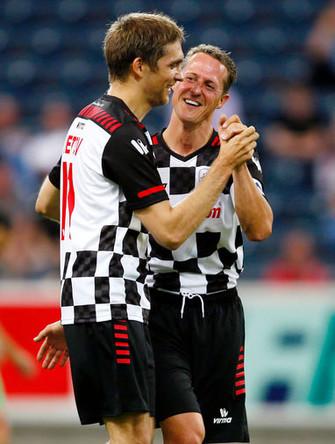 Михаэль Шумахер и Виталий Петров во время благотворительного футбольного матча во Франкфурте, 2012 год