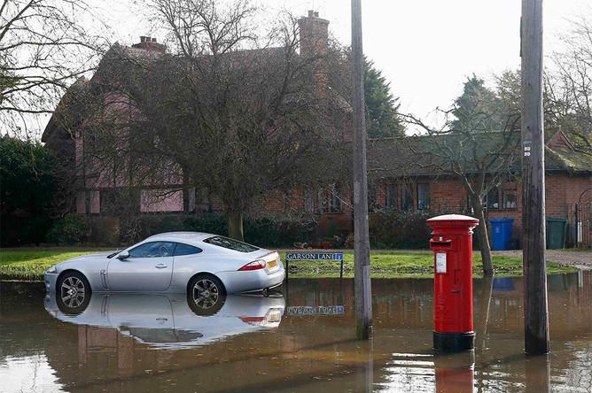 Затопленная улица в городке Рейсбери на юге Англии