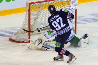 Богдан Потехин забрасывает шайбу в ворота Андрея Василевского
