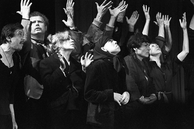 Театр на Таганке начался с дипломного спектакля актерского курса, который Юрий Любимов вел в Щукинском училище, — это был «Добрый человек из Сычуани» по пьесе Бертольта Брехта
