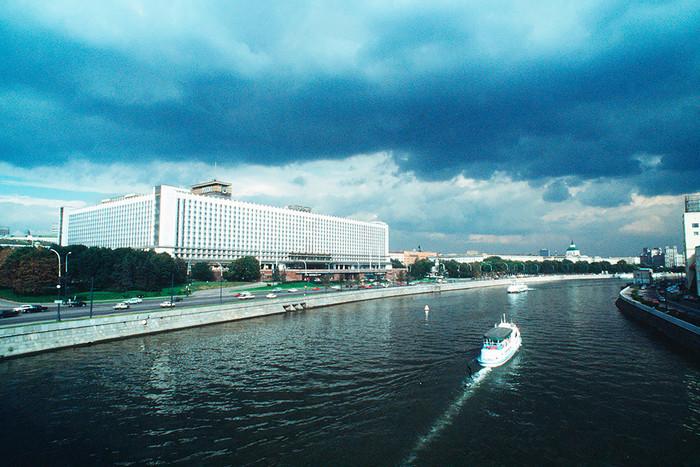 Вид на гостиницу «Россия» со стороны Москвы-реки