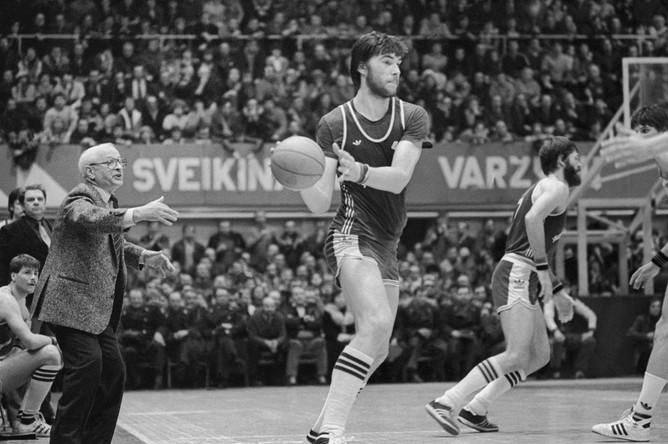 1985 год. Арвидас Сабонис, выступающий за каунасский «Жальгирис», атакует кольцо ЦСКА