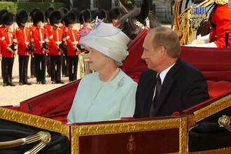 Елизавета II и Владимир Путин во время визита президента России в Великобританию в 2003 году