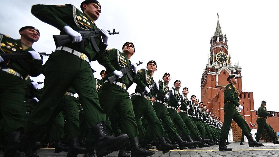 Курсанты Московского высшего военного командного училища на Красной площади в Москве перед началом военного парада в честь 76-й годовщины Победы в Великой Отечественной войне, 9 мая 2021 года