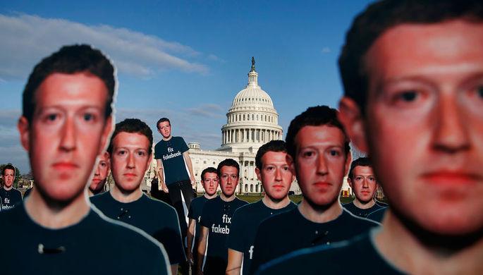 Фигуры с изображением основателя Facebook Марка Цукерберга около Капитолия в Вашингтоне перед...