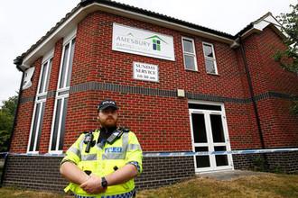 Сотрудник британской полиции около оцепленной баптистской церкви после инцидента с отравлением в Эймсбери, 4 июля 2018 года