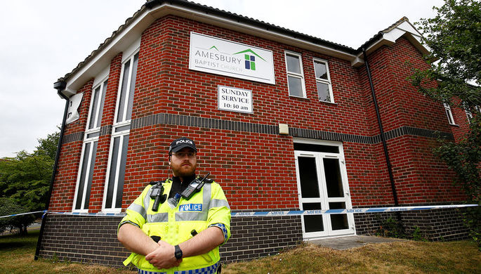 Сотрудник британской полиции около оцепленной баптистской церкви после инцидента с отравлением в...