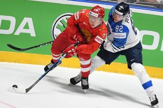 Игрок сборной России Кирилл Капризов (слева) и игрок сборной Финляндии Харри Песонен в полуфинальном мачте чемпионата мира по хоккею между сборными командами России и Финляндии.