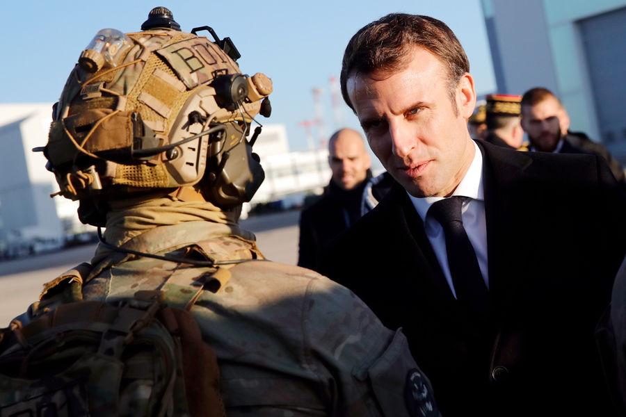 Президент Франции Эммануэль Макрон во время визита навоенную базу вОрлеане, Франция, 2020год