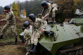 Украинские военнослужащие во время учений около села Девички в Киевской области, октябрь 2017 года