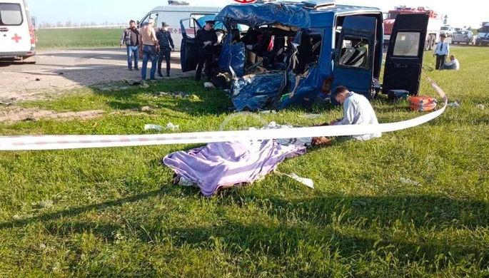 На месте ДТП с микроавтобусом в Ставропольском крае, 30 апреля 2021 года