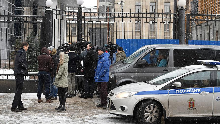 Журналисты у здания Следственного комитета России