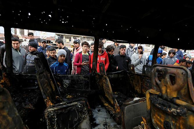 Сгоревший автобус на месте теракта в Мадинат-эс-Садр, пригороде Багдада, 2 января 2017 года