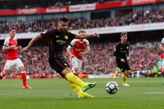 Нападающий «Манчестер Сити» Серхио Агуэро с мячом