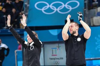 Российские керлингисты Анастасия Брызгалова и Александр Крушельницкий радуются завоеванию бронзовой медали Игр-2018
