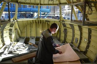 Рабочий в Таганрогском авиационном научно-техническом комплексе им. Г.М. Бериева