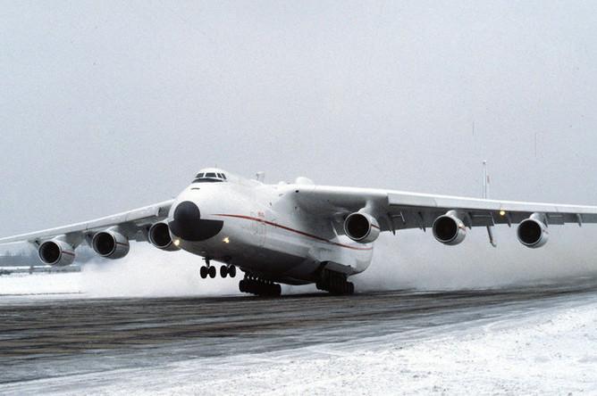 Транспортный самолет АН-225 «Мрия» («Мечта») во время первого испытательного полета, 21 декабря 1988 года