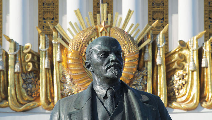 Памятник В. И. Ленину (архитектор Р. Р. Гаспарян, скульптор П. П. Яцыно) у Центрального павильона ВДНХ в Москве