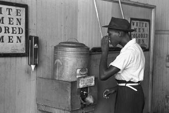 Емкости с водой для темнокожих и белых в Оклахоме. Фотография Рассела Ли (1939 год)
