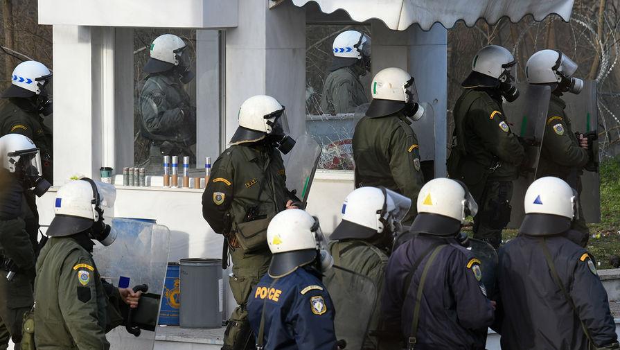 Полиция Греции на контрольно-пропускном пункте Кастаниес