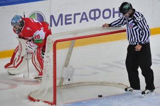Вратарь Павел Сучков в дебютном для себя матче в КХЛ