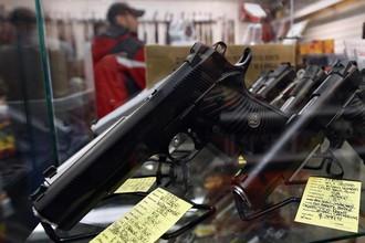 Выставочный стенд с пистолетами 45-го калибра в магазине компании Coliseum Gun Traders Ltd в Нью-Йорке.